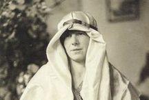 Freya Stark / Freya Stark (1893-1993) es una de las grandes aventureras y escritoras de todos los tiempos. Especializada en los países de oriente, escribió dos decenas de relatos y fue nombrada Dama del Imperio Británico en 1972, entre otros galardones.
