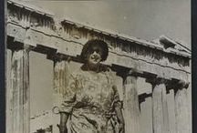 La viajera Agatha Christie / La Gran dama del crimen cumple este año el 125 aniversario de su nacimiento. Famosísima por sus novelas de misterio, su faceta de gran viajera quizás ha pasado más desapercibida, doña Agatha viajó incansable por medio mundo y, sobre todo, por Oriente Medio acompañando a su marido el arqueólogo Max Mallowan.