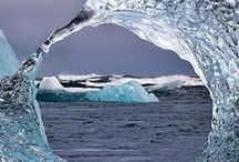 voda / water / V přírodě se vyskytuje ve třech skupenstvích: v pevném – led a sníh, v kapalném – voda a v plynném – vodní pára.