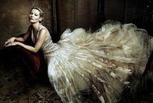 ♥ Oscar De La Renta ♥ / Amerikalı moda tasarımcı Oscar De La Renta 1932 yılında doğdu ve risobal Balenciaga ve Antonio Del Castillo tarafından eğitildi. 1960 yılında Jacqueline Kennedy nin giydiği couture elbiseler sayesinde ünlenen Oscar De La Renta kırmızı halı elbiseleri ve gelinlik modelleriyle bilinir.  18 yaşındayken Madrid San Fernando Akademisi'nde resim eğitimi almak için İspanya ya gitti. Bir süre sonra İspanya da başarılarıyla Oscar De La Renta, Lanvin ve Balmain için çalıştı.