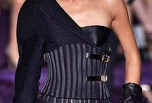 Versace / Moda dünyasının efsane kardeşleri Gianni Versace, Santo Versace ve Donatella Versace, İtalya'nın en güney ucunda Sicilya'yayla burun buruna bakan bölgede Reggio di Calabria'da dünyaya gelirler. Babaları teçhizat satıcısıdır. Anneleri Francesca ise, elbise diken bir atölyede çalışıyordu. Versace... http://www.msxlabs.org/forum/moda-ww/26216-gianni-versace.html
