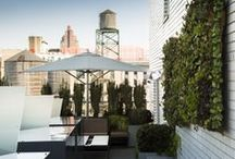 Hudson Vista / The wrap-around terrace offers a panoramic view of the Hudson River.  The space is trapezoidal and a series of low powder-coated aluminum planters have been arranged en masse to form a sequence of consistently regular rooms, with a variety of sitting arrangements.