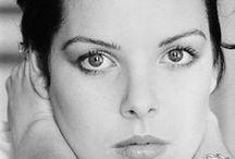 """Prenses Caroline / Prenses Caroline, 23 Ocak 1957 tarihinde Monako'da dünyaya geldi. Tam adı """"Caroline Louise Marguerite Grimaldi""""dir. Monako Prensi olan babası Rainer ile Hollywood yıldızı Grace Kelly'nin ilk çocuğudur"""