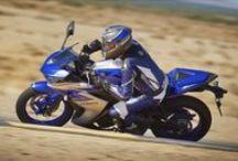 YZF-R25 / YZF-R125 modeli ve yarış motosikleti YZF-R6 arasında yerini alan yepyeni YZF-R25 her gün sürebileceğiniz süper bir motosiklet!