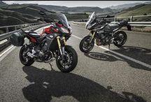 Karanlığın iki ruhu; MT-09 Tracer / Motosiklet dünyasına yön veren MT-09, agresif görünümle yüksek bir uzun mesafe potansiyelini bir arada sunan  MT-09 Tracer ile bir adım öteye taşınıyor. Karşınızda tavizsiz ve yeni MT-09 Tracer.