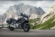 FJR1300AE / Avrupa'nın en kaliteli spor gezi motosikleti modellerinden biri kabul edilen FJR1300AE koşullar ne olursa olsun mümkün olan en iyi ayar ve sürüş kalitesini sunar.