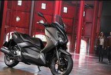 X-MAX 250 / Dinamik tarzı, ultra hassas sıvı soğutmalı motoru ve yüksek özellikli şasi ile her gün sokaklara hükmedeceğiniz bir scooter; Yamaha X-MAX 250.