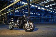 XVS1300A / Klasik vahşi aerodinamik tarzıyla XVS1300A ile gaza her yüklendiğinizde sert ve hızlı darbeyi vücudunuzda, gücü içinizde hissedersiniz.