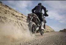 Super Ténéré / Yamaha'ya Dakar'dan miras kalan sertlik ve güvenilirlik özelliklerinin; hafif, rahat kontrol ve gelişmiş sürücü destek teknolojisiyle buluştuğu Super Ténéré, her yönüyle heyecan verici bir gezi motosikleti.