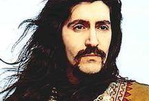 BARIŞ MANÇO..! / 2 Ocak 1943; Üsküdar, İstanbul - 1 Şubat 1999; Kadıköy, İstanbul), Türk şarkıcı, besteci, söz yazarı ve TV programı yapımcısı. Türkiye'de rock müziğin öncülerinden, Anadolu Rock türünün kurucuları arasında sayılır. Müziğe başlangıcı Galatasaray Lisesi'nde oldu. Yüksek öğrenimini Belçika Kraliyet Akademisi'nde tamamladı. Bestelediği 200'ün üzerindeki şarkısı[4], kendisine on iki altın ve bir platin albüm ve kaset ödülü kazandırdı.