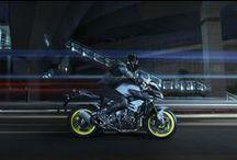 MT-10 / İstediğiniz şey, olağanüstü gücün ve üstün viraj hassasiyetinin bir araya geldiği bir motosiklet ve her türlü yolda sürüş yapmanıza olanak sağlayacak doğal ergonomiyse MT-10 ile Karanlığın Işıltısını Sürün.
