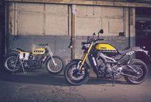 XSR900 / Yamaha'nın spor motosiklet geçmişinden esinlenilerek ve tasarımın son teknolojiyle birleştirilmesiyle üretilen XSR900 ile heyecan verici bir sürüş deneyimine hazır mısınız?