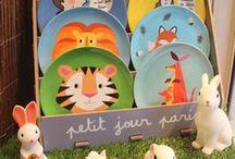 Idées cadeaux enfants-BOBINE / Retrouvez nos nouveautés de cadeaux pour l'hiver.  - Assiettes avec des citations et des animaux.  - Petites veilleuses sur le thème de la forêt.  - Maquillage pour petites filles  https://www.bobine.fr/#