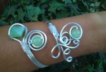 Mis creaciones con alambre. / Bisutería artesanal hecha por mí:con alambre de aluminio de varios grosores de diámetro con piedras y cuentas.