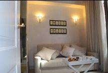 Room #1 - Suite Family  / La Room #1, la Suite Family di Rome iRooms, é un ambiente elegante pensato per ospitare 2-4 persone. Arricchita da un soffitto a cassettoni é dotata di due grandi spazi luminosi: un salottino con divano-letto matrimoniale e una camera con comodo letto matrimoniale. Bagno privato con ampia doccia, scalda salviette, phone e servizio cortesia con prodotti naturali della linea Fattoria di Belcanto.