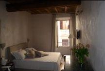 Room #2 Stanza Dluxe - Rome iRooms / Dall'ampia finestra della Stanza Deluxe – Room #2 del rent room Rome iRooms, che affaccia su via Frattina, si gode di una vista suggestiva. La camera matrimoniale é molto spaziosa ed è arredata in stile classico rivisitato in chiave moderna ed arricchita da un soffitto in legno a cassettoni, con decorazioni settecentesche.
