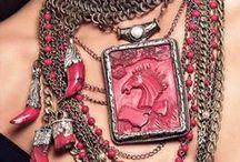 """Marzia G Designs / A marca Marzia G foi criada por Marzia Gugliotta, uma mulher florentina, que sempre gostou de """"coisas diferentes"""". Materiais como prata, turquesa, coral, baquelite, topázio, ametistas e marfim são as escolhas da criadora. Seus colares, feitos a mão, são peças únicas, impossíveis de replicar, que refletem a grande personalidade da designer."""