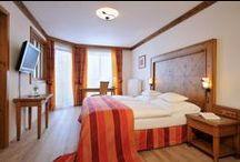 """HIER IST KEIN PLATZ FÜR UNORDNUNG / Das 4*Superior Hotel verfügt über Zimmer zum """"Wohnfühlen"""". Landestypische Holzmöbel, liebevoll hergerichtet und mit Blick in die Salzburger Bergwelt. Urlaub im Hotel Oberforsthof. Hier ist kein Platz für Unordnung!"""