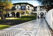 L'Extérieur / On y accède par une volée de marches en briques, qui mènent à un carrelage surprenant, formant comme un tapis persan fantasmagorique.