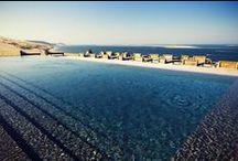 La Piscine / La piscine prolonge la terrasse et participe à la vue : grandiose !