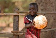 Jalkapallo / Pallo pyörii ja liikuttaa lapsia kaikkialla maapallollamme. Pelaaminen tuo iloa ja opettaa sääntöjen seuraamista sekä ryhmässä toimimisen taitoja – näitä taitoja elämässä tarvitaan. Brasiliassa parhaillaan käynnissä olevat MM-kisat saavat jälleen monet pienet pojat ja tytöt kannustamaan idolejaan ja haaveilemaan, josko päivittäisestä harrastuksesta voisi itsellekin jonain päivänä tulla ammatti.