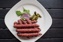 Сырокопченые колбасы / Ассортимент сырокопченых колбас и деликатесов.