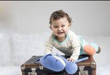 Baby Fotoshooting | Unsere kleinen Stars / Seidig weiche Baby Wickelbodys, bequeme mitwachsene Babyhosen, Mützen und Shirts. Für die Produktion wurde ausschließlich bio-zertifzierte Pima und natürlich fa