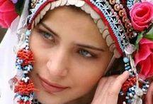 """GAGAVUZ TÜRKLERİ (GAGAUZ TURKS) / gagavuzlar bugün moldova cumhuriyeti'nin bir parçası olarak varlıklarını sürdürüyor. türk dünyasının bir parçası olan bu devletin adı """"gagavuz yeni özerk cumhuriyeti""""... 1994 yılında türkiye'nin de girişimleriyle kurulan ve yaklaşık 160 bin nüfusa sahip gagavuzya özel bir hukuki statüyle yönetiliyor."""