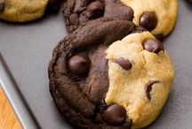 Cookies / Certains les préfèrent moelleux, d'autres croustillants... Nature, aux pépites de chocolat, au chocolat blanc, aux M&MS, tellement de recettes originales et gourmandes...  #cookies #biscuits #750grammes http://www.750g.com/recettes_cookies.htm / by 750g