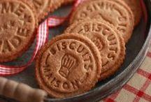 Petits biscuits ... / On aime tremper son biscuits dans son thé ou café, au petit-déjeuner comme au goûter d'ailleurs..  #biscuits #750grammes http://www.750g.com/recettes_biscuits.htm / by 750 Grammes