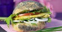 Sandwichs d'été / Le sandwich se déguste souvent sur le pouce. 2 belles tranches de pain, avec du jambon, de fines lamelles de poulet, du thon .... des crudités et votre en-cas favori de l'été est prêt. A décliner selon vos envies.