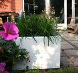 Lotus hoogglans polyester plantenbakken / Wij produceren duurzame plantenbakken die vorstbestendig zijn, hoogglans, door en door gekleurd worden en waar u jarenlang van kunt genieten. De verzending is gratis. Wilt u een andere maat? Maatwerk is mogelijk op aanvraag.