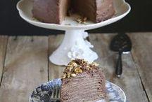 Chandeleur / La Chandeleur, c'est l'occasion de manger des tonnes de crêpes ! La pâte à crêpes est toujours plus savoureuse si vous la préparez la veille. N'hésitez pas à la parfumer avec des eaux florales ou des alcools, comme du rhum ou de la bière. Coté garniture, le choix est vaste aussi bien pour les crêpes sucrées (pâte à tartiner, sauce au chocolat, fruits poêlés, etc.) que pour les crêpes ou les galettes salées (fondue de légumes, poulet, jambon, champignons, etc.).