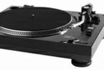 Проигрыватели винила / Проигрыватели виниловых дисков, которые, казалось бы, безвозвратно исчезли с прилавков под натиском цифровых технологий, в настоящее время все больше вызывают интерес ценителей качественной музыки. Уставшие от холодности цифрового звука, некоторые слушатели считают звучание аналоговых проигрывателей более живым, мягким и сочным.