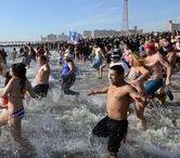 """Бруклин, 1 января 2015 года / 1-го января 2015 года нью-йоркцы купались в ледяных водах Нью-Йоркского залива. Это ежегодное мероприятие, которое проводит бруклинский клуб """"Полярные медведи"""", традиционно собирает огромные толпы участников и зрителей. В нем участвуют как настоящие моржи, которые увлекаются купанием в холодной воде уже много лет, так и обычные искатели острых ощущений. 1-го января на улице, как правило, довольно холодно. Сильный северный ветер с залива вкупе с минусовой температурой..."""