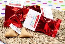 Fortune Cookies - GELUK.COM / Fortune Cookies gebakken met jouw eigen spreuken, quotes of wijsheden. Verpakt in een gekleurde folie met daarop een logo gedrukt. Diverse verpakkingen mogelijk: blikken, doosjes of een heuse mini Europallet.