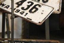 Vieux panneaux et vieilles plaques