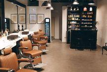 """Der Barber Traditionshandwerk in Siegburg / """"Der Barber""""  Im November 2016 haben wir in unseren Barbershop in Siegburgs Marktpassage eröffnet. Bei uns steht der Mann im Mittelpunkt. Mit einem einzigartigen Angebot an erstklassigen Herrenhaarschnitten, exzellenten Rasuren und perfekter Bartpflege steht """"Der Barber"""" für höchste Qualität. Unser Team, mit Saloninhaber Tarik Ari, ist darauf bedacht, jedem Kunden den bestmöglichen Friseurservice zu bieten. So ist zum Beispiel die Bartpflege bei Männern sehr beliebt: Eingebettet in ein richtiges Ritual, welches sich aus perfekt aufeinander abgestimmten Pflegeschritten aufbaut, wird dies zu einem Wellnesserlebnis für jeden Kunden. Ein """"Hot-Towel- Shave"""" (Rasur mit Kompresse & Co) dauert etwa eine halbe Stunde und findet vorwiegend im Liegen statt. Vorteil: Ein perfektes Rasurergebnis, das ein super weiches und angenehmes Hautgefühl hinterlässt, welches bei vielen Kunden sogar etwas länger anhält, als bei der Rasur vor heimischen Badezimmerspiegel. Auch bei der Einrichtung unseres Barbershops haben wir nichts dem Zufall überlassen, denn schließlich sollen sich unsere Kunden wohlfühlen. So haben wir eine ansprechende Atmosphäre geschaffen mit hochwertiger Einrichtung: Old School Vintage Design, Charme und Eleganz treffen auf High-Tech Ausstattung und modernste Friseurtechnik. Natürlich haben wir viele Kunden, die Bart tragen. Aber nicht ausschließlich! Denn Geschmäcker sind vielfältig und wir betrachten unsere Kunden individuell, denn schließlich geht es bei uns um perfekte Pflege, Eleganz und Stil.  https://derbarber.com https://instagram.com/der_barber/"""
