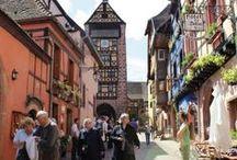 Escapade à Riquewihr, la perle du vignoble alsacien / Riquewihr, au cœur de la route des vins, est surnommé la perle du vignoble. Outre les vignes et les caves, cette cité médiévale très bien conservée, avec sa porte haute, ses tours, ses remparts, ses maisons à colombage, ses fontaines et ses oriels... Une richesse qui lui a valu d'être classé parmi les plus beaux villages de France.
