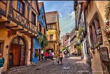 Escapade à Ribeauvillé / Ribeauvillé, la patrie des Seigneurs de Ribeaupierre, joue la carte médiévale. Il faut dire qu'elle a de quoi faire avec ses trois châteaux, ses anciennes auberges, ses façades classées aux monuments historiques, et ses ménetriers dispersés aux quatre coins de la ville.