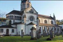 Escapade à Altkirch, la capitale du Sundgau / Construite par les comtes de Ferrette au début du 13ème siècle, la cité médiévale conserve quelques vestiges, comme le mur d'enceinte et des tours de défense. La vieille ville a réellement changé de visage au XIXe siècle, avec la démolition de son donjon et de son église, compensée par la construction de la Hall aux Blés et de la « Nouvelle Église ».