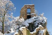 Escapade à Ferrette dans le Jura alsacien / Ferrette, dans le Jura alsacien, est idéal pour se mettre au vert pendant une journée. Surplombée par le château des Comtes de Ferrette, arrivés ici dès le XIIe siècle, la ville est le point de départ de jolies balades, entre ruines, grottes, falaises, clairière, bois... Avec, bien entendu, des vues panoramiques sur les vallées alentours.