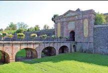 Escapade à Neuf-Brisach, ville fortifiée par Vauban / Neuf-Brisach est une ville forte construite en 1699 par Vauban sur ordre de Louis XIV. Elle est considérée comme un chef d'œuvre d'architecture militaire, et ses fortifications sont classées au Patrimoine mondial de l'Unesco depuis 2008. Ça mérite bien un petit détour !