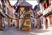 Esacapade à Eguisheim, village alsacien parmi les plus touristiques / Eguisheim a élu village préféré des Français en 2013 par les spectateurs de France 2, et attire depuis de nombreux touristes. Comment résister en effet à ce village atypique, au coeur des vignes, construit sur un plan circulaire, avec ses jolies maisons à colombage, ses cours dîmières et ses fontaines ?