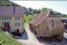 Escapade aux confins de l'Alsace, dans le Jura alsacien / Passé Ferrette dans le Sud de l'Alsace, on s'enfonce dans un paysage tranquille et isolé, un décor qui tient à la fois de la campagne et de la montagne, à deux pas de la frontière suisse. Bref, un endroit idéal pour se ressourcer.