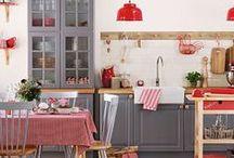 KITCHEN STORIES / In der Küche spielt sich neben Kochen und Wohnen auch weiteres Leben ab, hier werden ebenso Gäste und Freude empfangen. Umso wichtiger ist es also, auch diesen Raum wohnlich zu gestalten. Auf dieser Wall finden sich Inspirationen für eine gemütliche Einrichtung, also auch ansehnliche Dekoelemente.