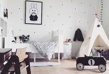 KINDERZIMMER-TRÄUME / Spielen, toben, schlafen – all das muss ein Kinderzimmer, eine Möbel und vor allem die Teppiche tagtäglich aushalten. Die Einrichtung sollte also robust und einfach zu reinigen sein. Dabei darf aber natürlich der Wohlfühl- und Stylefaktor nicht fehlen. Als Alternative gibt es robuste Spielmatten zum Austoben ❤️