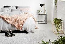 SCHLAFTRÄUME / Das Schlafzimmer ist ein Ort der Ruhe und Entspannung. Da müssen Möbel und Heimtextilien natürlich harmonieren. Neben einem weichen Bett ist auch ein kuscheliger Boden von großer Wichtigkeit. Hier gibt es besondere Inspirationen für kuschelige Träume und weiche Fußboden-Teppich-Trends.