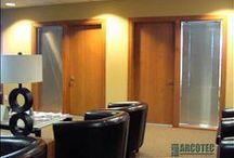 Réalisations commerciales / Jeter un coup d'oeil à nos produits commerciaux comprenant les portes et cadres d'acier, de bois en plus de la quincaillerie. Les portes de la série Élites peuvent aussi être utilisées dans le niveau commercial.