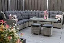 Lounge/diningset / Lounge-diningsets zijn helemaal! Dit is een loungeset met hoge tafel! Zo kunt ook nog heerlijk buiten eten en lekker loungen. Wie wil dat nu niet? #loungeset